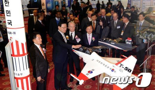 [사진]국산 전략물자 살펴보는 홍석우 지식경제부 장관