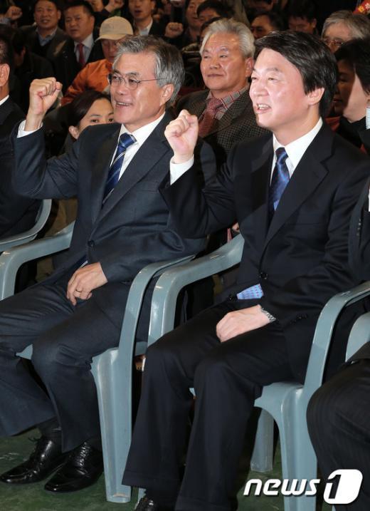 [사진]나란히 구호 외치는 문재인-안철수