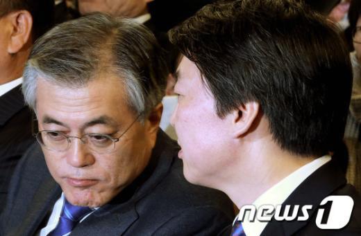 [사진]문재인-안철수, '무슨 대화?'