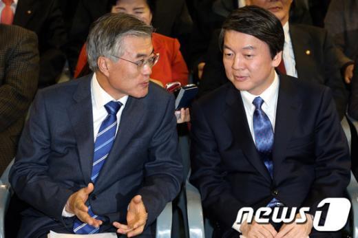 [사진]대화하는 문재인-안철수 후보