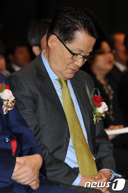 [사진]생각에 잠긴 박지원