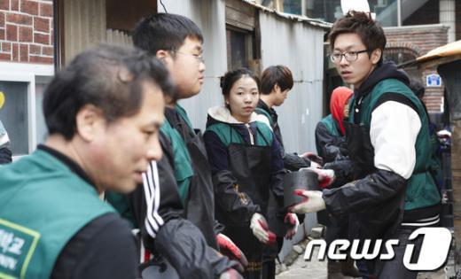 [사진]봉사활동 펼치는 건국대 '컴브렐라'
