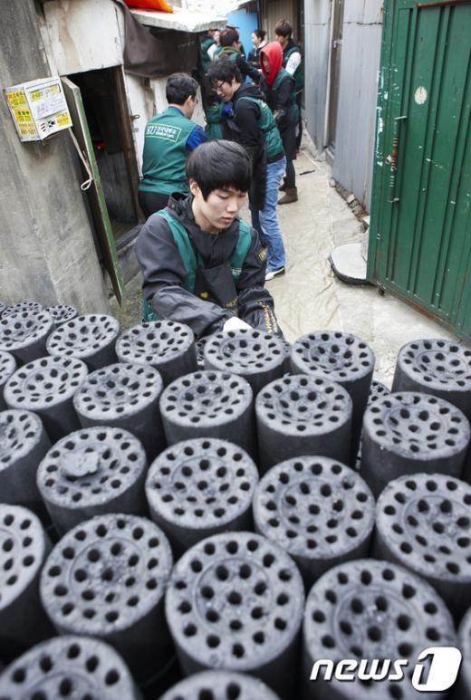 [사진]건국대학교 봉사단, 사랑의 연탄 배달