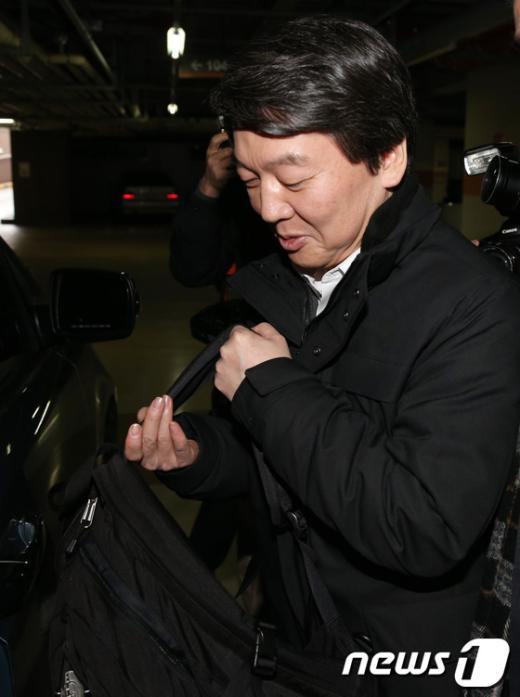 [사진]자택에서 나온 안철수 후보