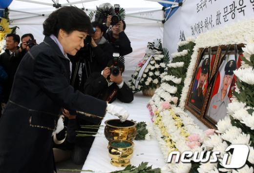 [사진]박근혜, '연평도 포격 2주기 추모 분향'
