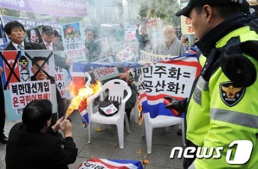 [사진]인공기 불태우는 보수단체