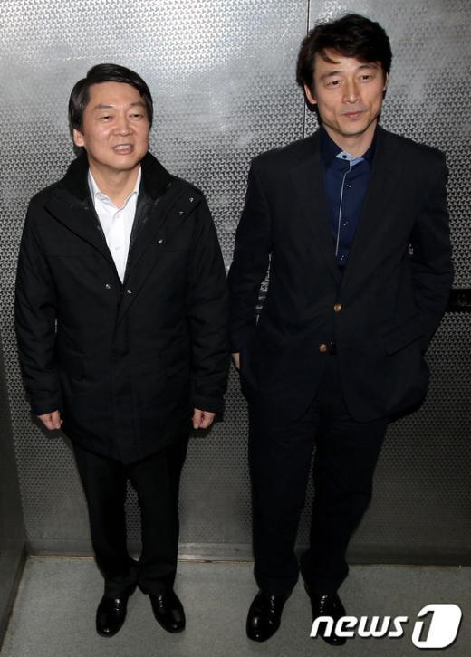[사진]엘리베이터에 오른 대선후보와 본부장