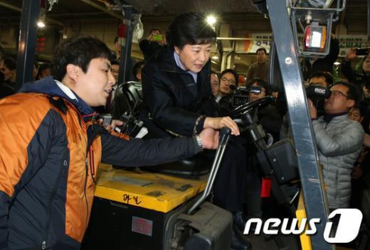 [사진]지게차 운전하는 박근혜 후보
