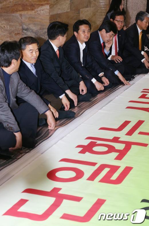 [사진]야권 후보 단일화 촉구하며 바닥에 앉은 국회의원