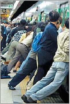 ▲승객들이 전동차를 일제히 밀어 구조에 나서는 모습 (ⓒ온라인 커뮤니티 캡쳐)