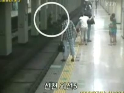 ▲알시아 씨와 윤중수씨가 힘을 합쳐 취객을 구하는 장면 (ⓒYTN 뉴스 영상 캡쳐)