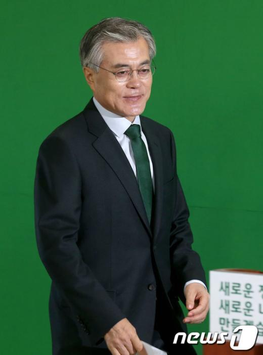 [사진]기자회견장 들어서는 문재인 후보