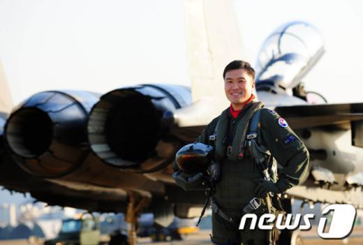 '올해의 탑건(Top Gun)'에 선정된 공군 제11전투비행단 102전투비행대대 소속 이형재 소령. (공군 제공)  News1