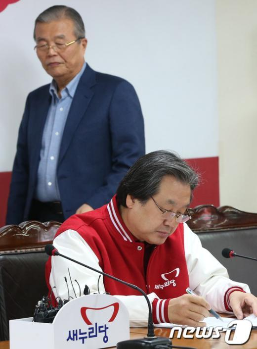 [사진]새누리당 당사에 들어서는 김무성 총괄선대본부장