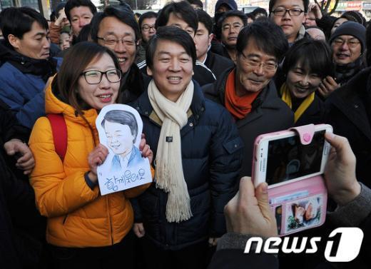 [사진]시민들과 함께 사진 찍는 안철수 전 후보