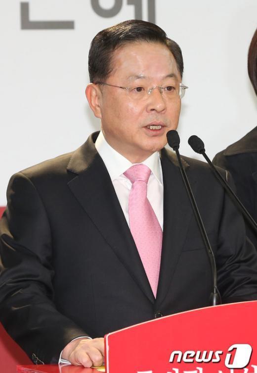 [사진]정치쇄신공약 발표하는 안대희 위원장