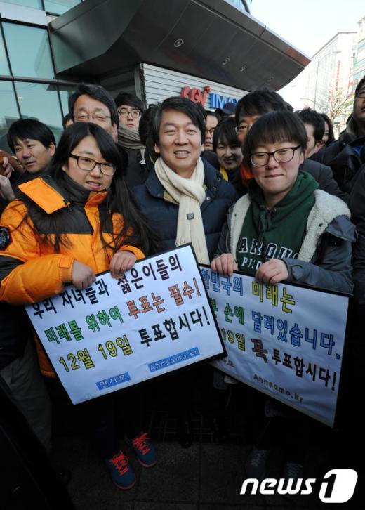 [사진]시민들과 함께 투표참여 격려하는 안철수 전 후보