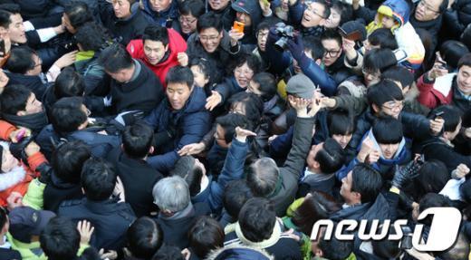[사진]유권자들 속 문재인-안철수