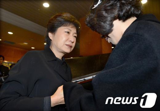 [사진]박근혜 후보, 故 김우동 유족 위로