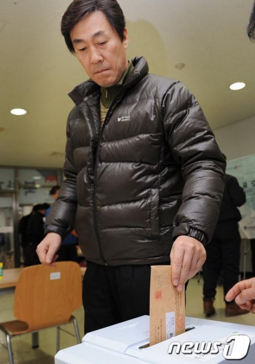 [사진]투표지 넣는 개성공단 유권자