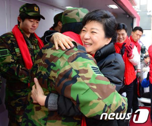 [사진]박근혜, 전역장병과 포옹