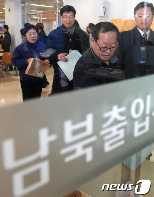 [사진]투표소 입장하는 개성공단 근로자들