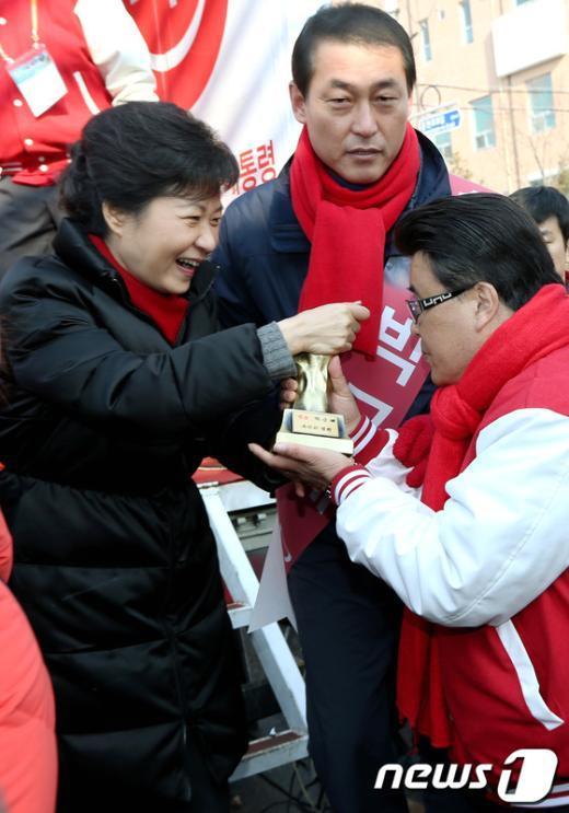 [사진]손 모양 트로피 받는 박근혜 후보