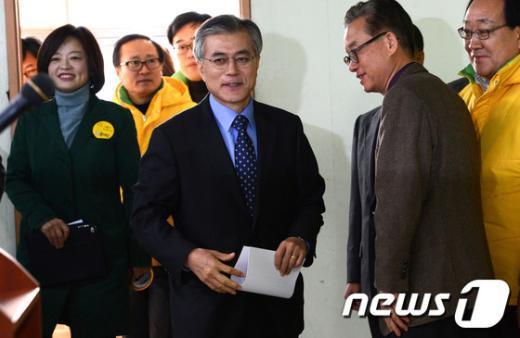 [사진]기자회견장 입장하는 문재인 후보