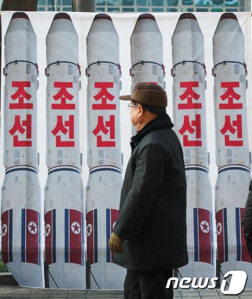 [사진]北 로켓 현수막 지나는 시민