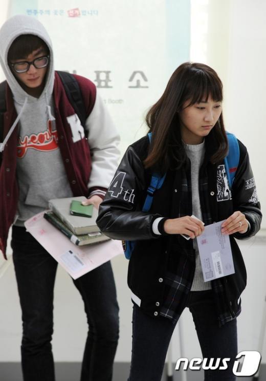 [사진]부재자 투표하는 대학생들