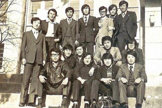 ▲1975년에 찍은 사진. 뒷줄 오른쪽 세번째가 강삼재 전 의원, 가운데줄 오른쪽 세번째(앉은 사람)가 문재인 후보