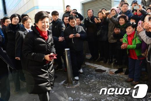 [사진]주민들 환영 받는 朴 당선인