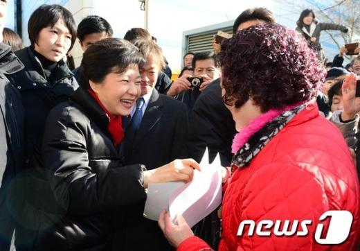 [사진]주민들과 인사 나누는 박근혜 당선인