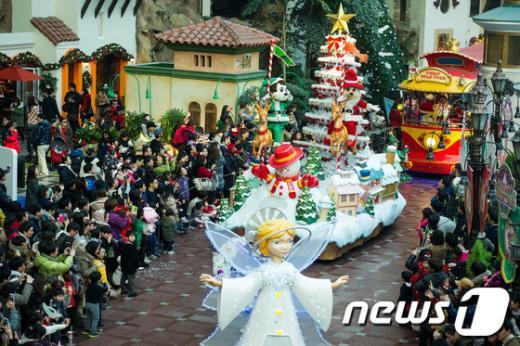 [사진]크리스마스 퍼레이드 즐기는 시민들