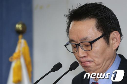 [사진]취재진 질문 받는 윤창중 수석대변인