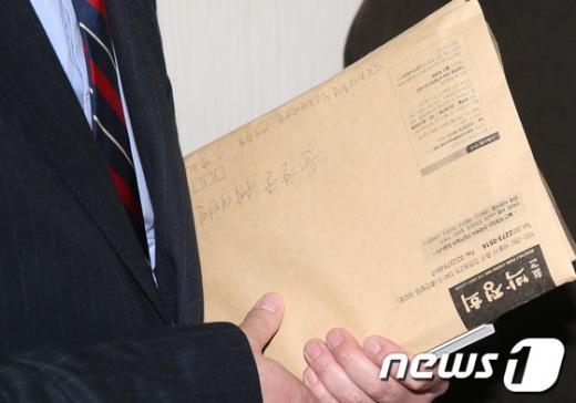 [사진]윤창중 수석대변인 손에 '월간 박정희'