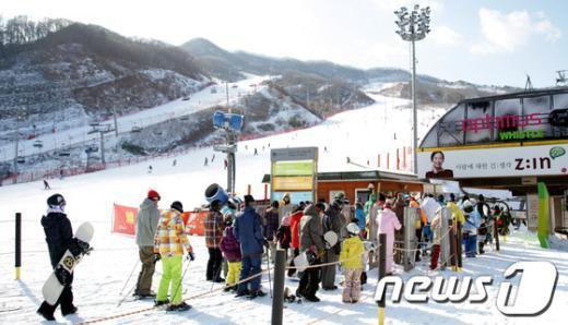 [사진]스키 타기 위한 긴 줄