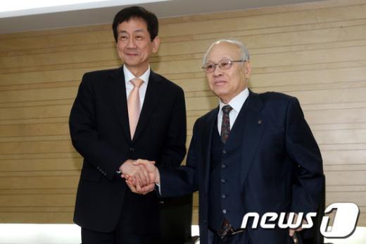 [사진]악수하는 김용준 인수위원장과 진영 부위원장