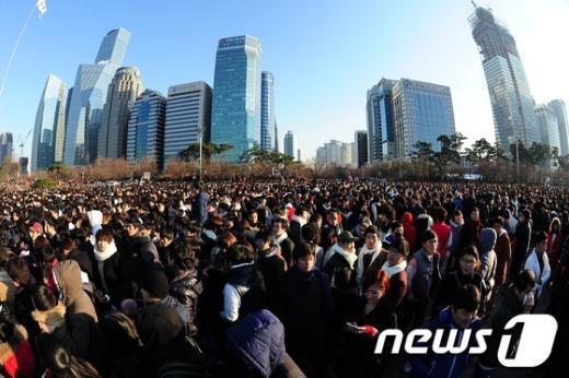 성탄절을 맞아 외로운 솔로들을 위해 마련됐다는 '솔로대첩'이 벌어진 24일 오후 서울 여의도공원을 찾은 남녀 3500여명이(경찰 추산) 플래시몹 형태로 일제히 상대를 향하고 있다.  News1 한재호 기자