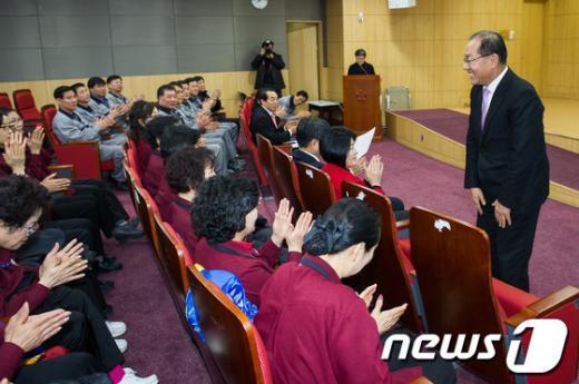 [사진]국회 환경미화원들 만난 황우여 대표