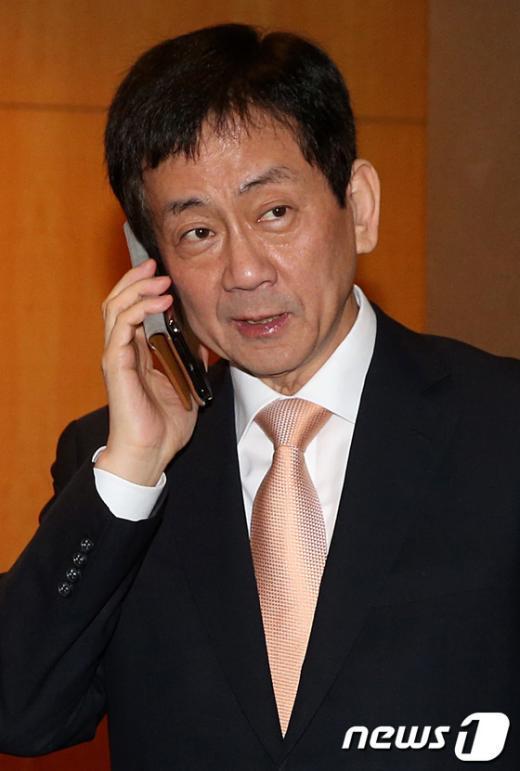 [사진]전화하는 진영 부위원장