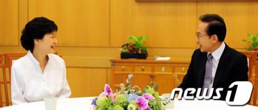 이명박 대통령(오른쪽)이 지난 9월2일 오후 서울 청와대에서 박근혜 당시 새누리당 대선 후보와 단독 오찬회동을 갖고 있다.(청와대 제공)2012.9.2/뉴스1  News1 오대일 기자