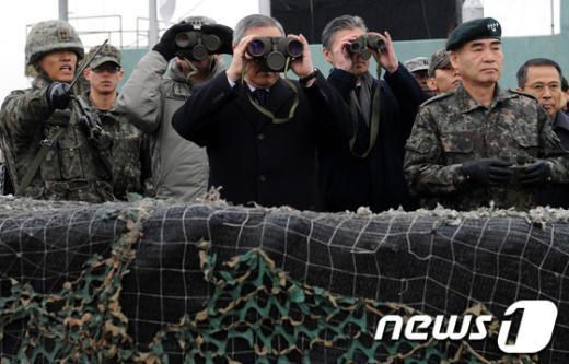 [사진]쌍안경으로 북측 바라보는 김성환 외교장관