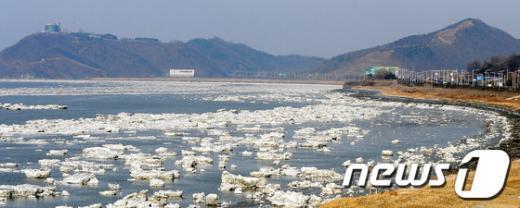 [사진]유빙 떠다니는 임진강