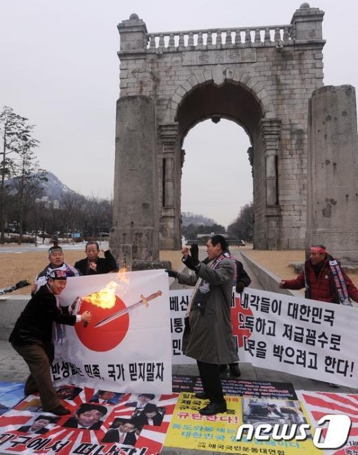[사진]독립문 앞에서 불타는 일장기