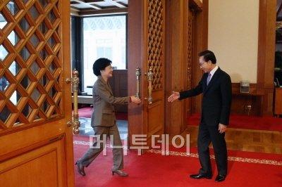 """청와대 간 朴… MB """"추운데 빨리 들어와요"""""""