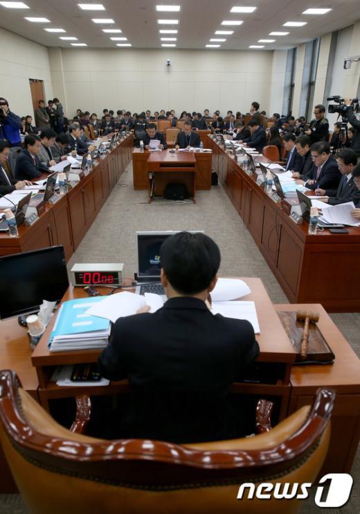 [사진]파행 겪던 기재위 조세소위 개최