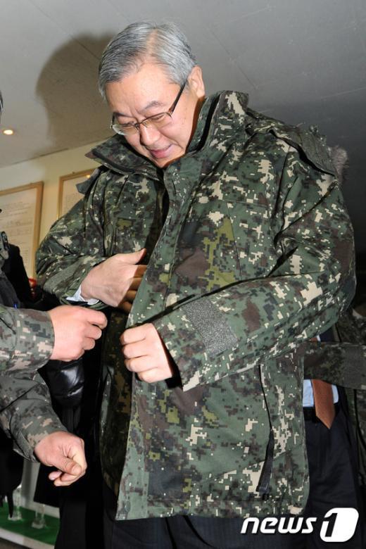 [사진]군복 입는 김성환 장관