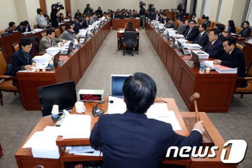 [사진]법안 처리하는 국회 기재위