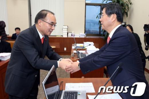 [사진]악수하는 강길부 위원장과 박재완 장관